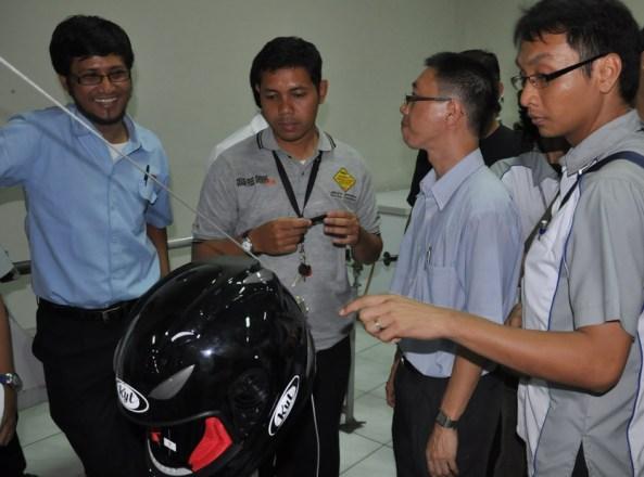 Suasana pada saat pengujian helm