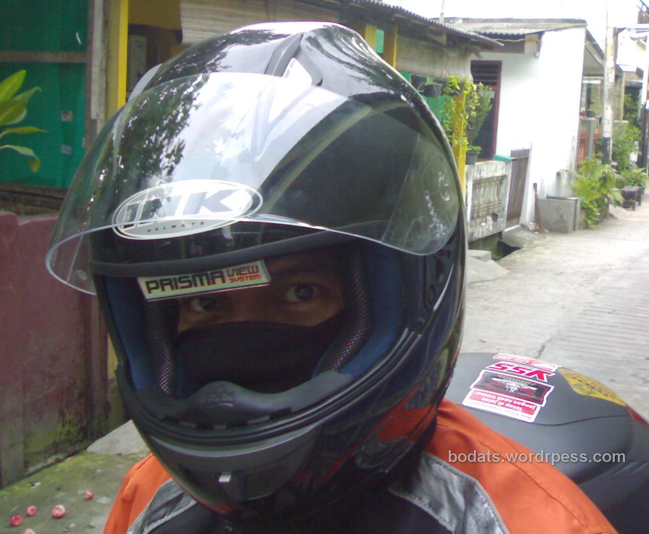 moto review : ink spy hacker, helm dengan spion. pertama di
