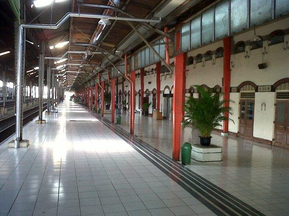 Menunggu Sepur @ Stasiun Tawang.