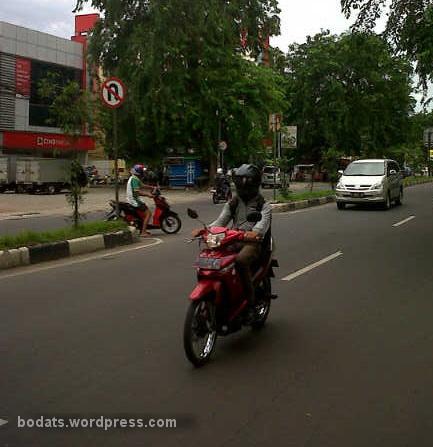 Salah satu ruas jalan di Kalimalang dengan rambu larangan memutar balik.